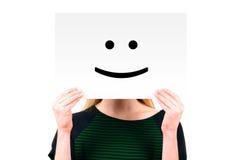 Kvinna som håller ett papper med den le framsidan Royaltyfri Foto