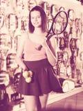 Kvinna som håller yrkesmässig racket och bollar Arkivfoton