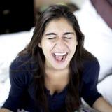Kvinna som högt skriker för desperation arkivfoto