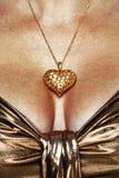 Kvinna som ha på sig det guld- halsbandet och klänningen Arkivfoto