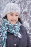 Kvinna som ha på sig en värma Arkivfoto