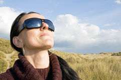 Kvinna som ha på sig sunexponeringsglas Arkivbild