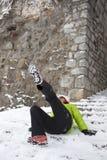 Kvinna som halkas på en snö och en is arkivfoto
