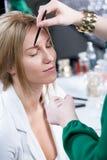 Kvinna som har ögonbrynmakeup Royaltyfri Fotografi