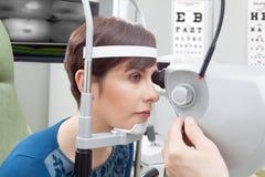 Kvinna som har ögonundersökning Arkivbilder