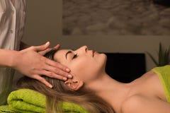 Kvinna som har ansikts- massage royaltyfri bild