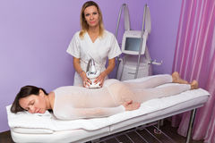 Kvinna som har anti-cellulitemassage med terapeuten Royaltyfri Fotografi