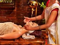 Kvinna som har ayurvedabrunnsortbehandling Royaltyfri Fotografi