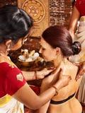 Kvinna som har Ayurvedic brunnsortbehandling. arkivfoton