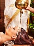 Kvinna som har Ayurvedic brunnsortbehandling. Royaltyfri Fotografi