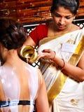 Kvinna som har Ayurvedic brunnsortbehandling. fotografering för bildbyråer