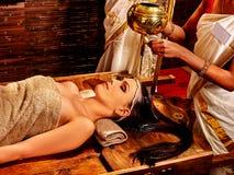 Kvinna som har Ayurvedic brunnsortbehandling Royaltyfri Foto