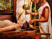 Kvinna som har Ayurvedic brunnsortbehandling Royaltyfri Fotografi
