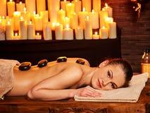 Kvinna som har Ayurvedic stenmassage arkivfoto