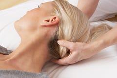 Kvinna som har den head massagen av professionelln Royaltyfria Bilder
