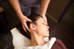 Kvinna som har den head massagen på brunnsorten Royaltyfria Bilder