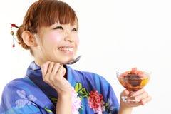 Kvinna som har den japanska traditionella efterrätten Arkivfoton