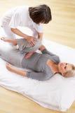 Kvinna som har den Shiatsu massagen Arkivbilder