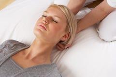Kvinna som har den Shiatsu massagen som ska heads Arkivfoto