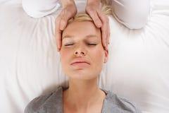 Kvinna som har den Shiatsu massagen som ska heads Arkivbild