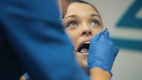 Kvinna som har den tand- kontrollen upp stock video