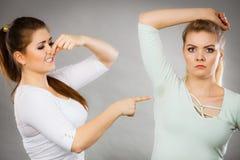 Kvinna som har den våta armhålan hennes vän som luktar stank Arkivfoto