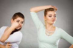 Kvinna som har den våta armhålan hennes vän som luktar stank Royaltyfria Bilder