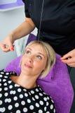 Kvinna som har dragning av hårborttagningstillvägagångssätt Fotografering för Bildbyråer