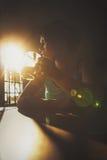 Kvinna som har en kopp av drinken Fotografering för Bildbyråer