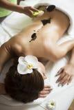 Kvinna som har en massage för varm choklad arkivbilder