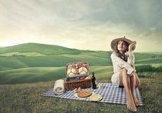Kvinna som har en pic-nic Fotografering för Bildbyråer