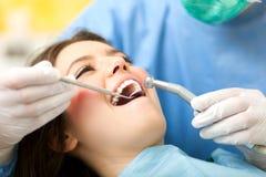 Kvinna som har en tand- behandling Arkivbild