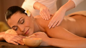 Kvinna som har en tillbaka olje- massage stock video