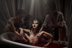 Kvinna som har ett blodbad Arkivbilder