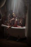 Kvinna som har ett blodbad Royaltyfri Bild
