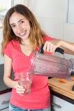 Kvinna som har ett exponeringsglas av bärsmoothien royaltyfri fotografi