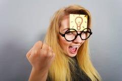 Kvinna som har fläcken för ljus kula på att tänka för panna Arkivbild