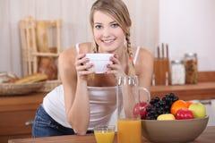 Kvinna som har frukosten. Royaltyfri Fotografi