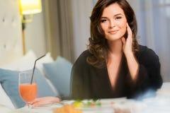 Kvinna som har frukosten i ett hotell fotografering för bildbyråer