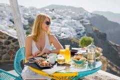 Kvinna som har frukosten i lyxig medelhavs- semesterort Royaltyfria Foton