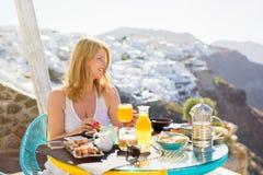 Kvinna som har frukosten i lyxigt hotell Fotografering för Bildbyråer