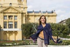 Kvinna som har gyckel nära springbrunnen Royaltyfri Foto