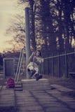 Kvinna som har gyckel på en gunga utomhus Fotografering för Bildbyråer