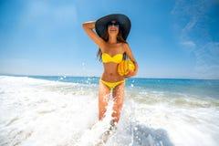 Kvinna som har gyckel på havet royaltyfria bilder