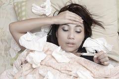 Kvinna som har hög feber Royaltyfri Fotografi