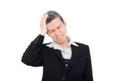 Kvinna som har huvudvärk över vit Arkivfoto