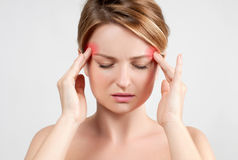 Kvinna som har huvudvärkmigrän royaltyfri bild
