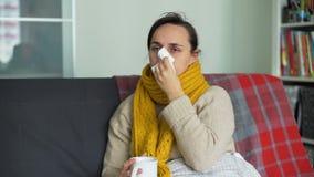 Kvinna som har kall influensa arkivfilmer