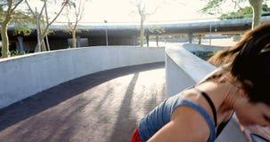 Kvinna som har krampen, medan jogga på en solig dag 4k stock video