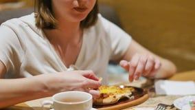 Kvinna som har lunch i en restaurang med Caucasian kokkonst N?rbild Kvinnan ?ter den varma saftiga khachapurien som doppar ett st stock video